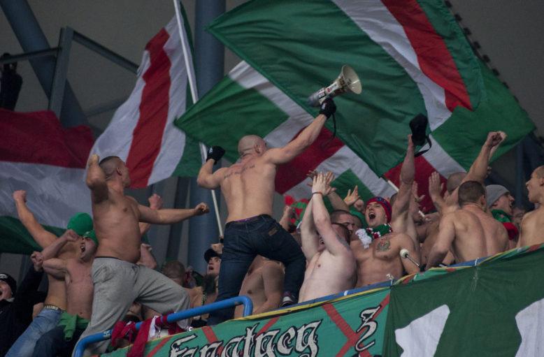 30 listopad 2012r. Lech Poznań - Śląsk Wrocław 0-3. Fanatycy Śląska prowadzący doping na sektorze.