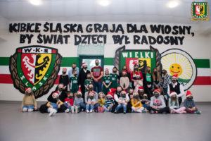 """Kibice Śląska zagrali dla """"Wiosny"""", by świat dzieci był radosny."""